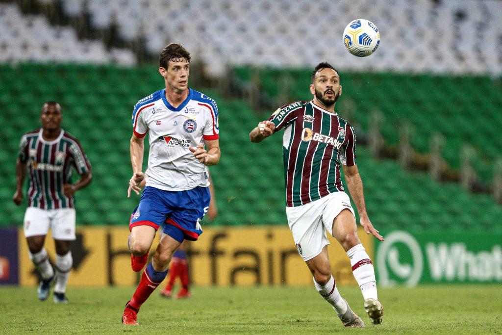 Yago Felipe disputa a bola no alto contra marcação do Bahia